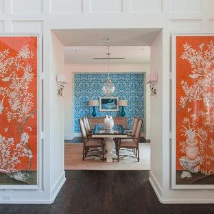 Неиссякаемый источник вдохновения для домашнего уюта: большая отдельная столовая в стиле современная классика с белыми стенами, темным паркетным полом и коричневым полом без камина