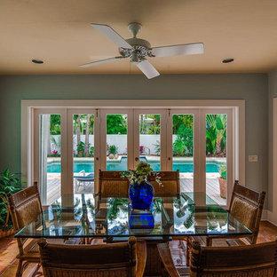 Immagine di una sala da pranzo tropicale