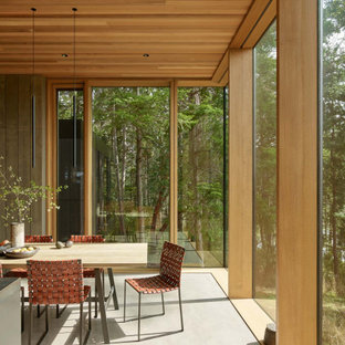 Moderne Wohnküche mit Betonboden, grauem Boden und Holzdecke in Seattle