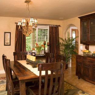 Idee per una sala da pranzo chic chiusa e di medie dimensioni con pareti beige, pavimento in sughero, camino ad angolo e cornice del camino in pietra