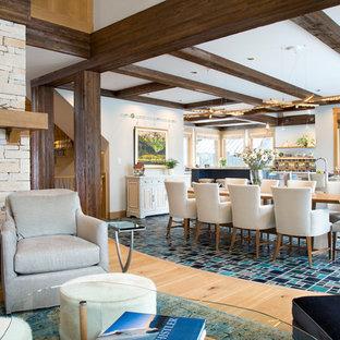 他の地域のラスティックスタイルのおしゃれなLDK (グレーの壁、セラミックタイルの床、両方向型暖炉、石材の暖炉まわり、ターコイズの床) の写真