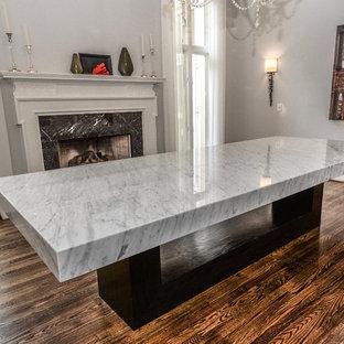 Shabby-Style Wohnküche mit grauer Wandfarbe, Kamin, Kaminsims aus Stein und braunem Boden in Atlanta