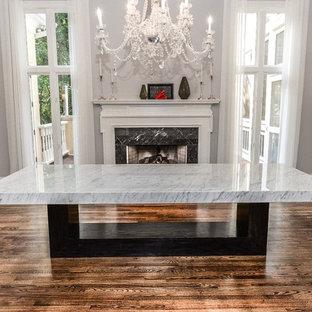 Shabby-Chic Wohnküche mit grauer Wandfarbe, Kamin, Kaminumrandung aus Stein und braunem Boden in Atlanta