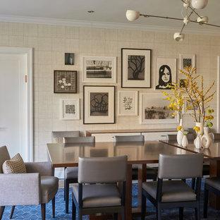 Esempio di una sala da pranzo boho chic con pareti beige e moquette