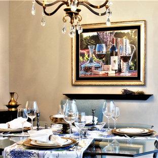 Esempio di una piccola sala da pranzo aperta verso la cucina tradizionale con pareti beige, pavimento in legno massello medio e pavimento marrone