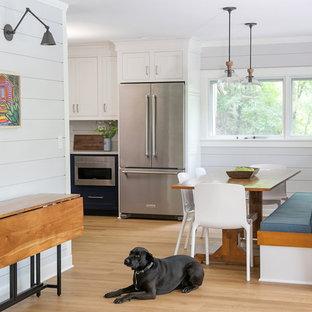 Diseño de comedor costero, pequeño, con suelo de madera clara, paredes grises y suelo beige