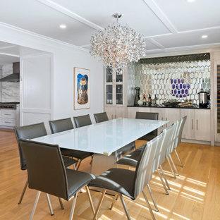 Exemple d'une grand salle à manger moderne fermée avec un mur gris, un sol en bois brun, un sol marron et un plafond à caissons.