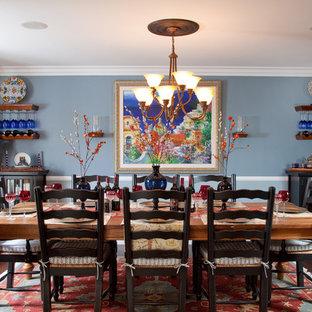 Imagen de comedor rústico con paredes azules y suelo de madera oscura