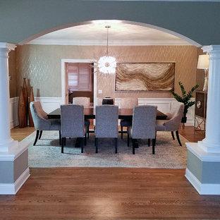 Immagine di una sala da pranzo classica chiusa e di medie dimensioni con pareti con effetto metallico, pavimento in legno massello medio e nessun camino