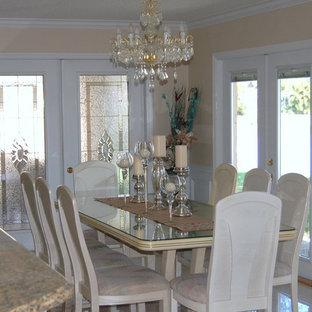 Выдающиеся фото от архитекторов и дизайнеров интерьера: кухня-столовая среднего размера в викторианском стиле с бежевыми стенами и паркетным полом среднего тона без камина