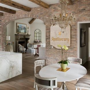 Modelo de comedor de cocina romántico, de tamaño medio, sin chimenea, con suelo de madera oscura, paredes beige y suelo beige