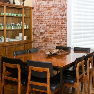 Inspiration för en mellanstor eklektisk separat matplats, med gula väggar och mellanmörkt trägolv