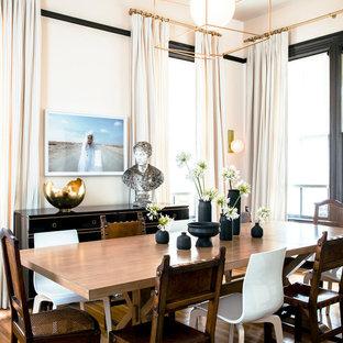 Idée de décoration pour une salle à manger ouverte sur le salon tradition de taille moyenne avec un mur rose, un sol en bois brun, aucune cheminée et un sol marron.