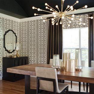 Exemple d'une salle à manger chic fermée et de taille moyenne avec un mur multicolore, un sol en bois brun et un sol marron.