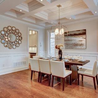 Ispirazione per una sala da pranzo classica di medie dimensioni con pareti grigie, parquet scuro, nessun camino, pavimento marrone, soffitto a cassettoni e boiserie