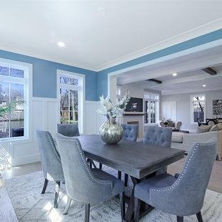 Ispirazione per una sala da pranzo tradizionale chiusa e di medie dimensioni con pareti blu, pavimento in legno massello medio, nessun camino e pavimento marrone
