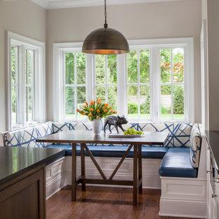 Idee per una sala da pranzo aperta verso la cucina classica con pareti beige e parquet scuro