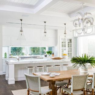 Diseño de comedor de cocina marinero, de tamaño medio, con paredes blancas, suelo de madera oscura y suelo marrón