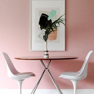 Foto de comedor vintage, pequeño, sin chimenea, con suelo de madera clara y paredes rosas