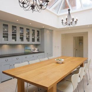 Diseño de comedor de cocina clásico, grande, con paredes blancas y suelo de piedra caliza
