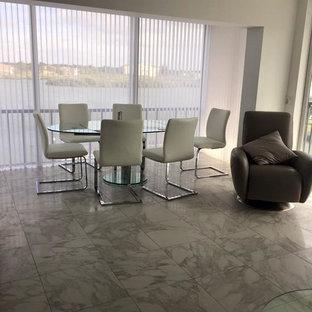 Diseño de comedor minimalista, de tamaño medio, abierto, sin chimenea, con paredes blancas, suelo de mármol y suelo blanco