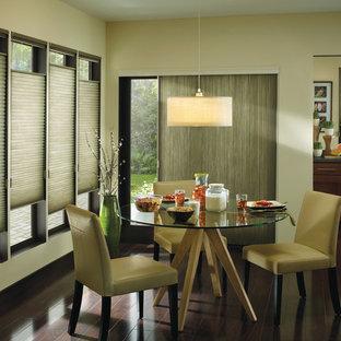 Inspiration pour une salle à manger minimaliste avec un mur beige et un sol en bois foncé.