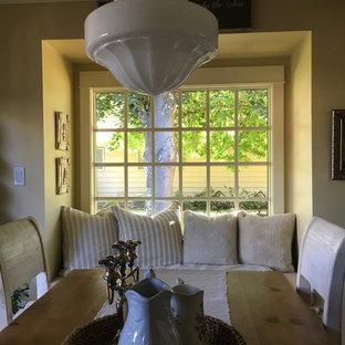 Foto di una sala da pranzo aperta verso la cucina stile americano di medie dimensioni con pareti gialle, pavimento in legno massello medio e pavimento grigio