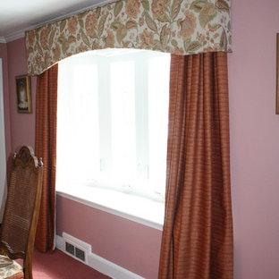 Idee per una grande sala da pranzo chic chiusa con pareti rosa, moquette, nessun camino e pavimento rosa