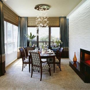 Diseño de comedor de cocina minimalista, de tamaño medio, con paredes azules, moqueta, chimenea tradicional y marco de chimenea de metal