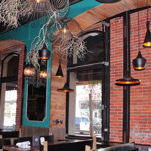 Immagine di una sala da pranzo design chiusa e di medie dimensioni con pareti marroni, pavimento in linoleum e nessun camino
