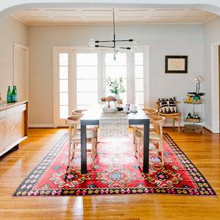 Idee per una piccola sala da pranzo aperta verso la cucina tradizionale con pareti grigie, parquet chiaro e nessun camino