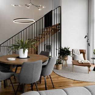 Idéer för stora funkis matplatser med öppen planlösning, med grå väggar, ljust trägolv och svart golv