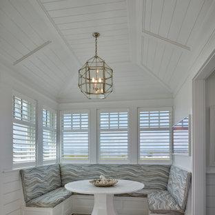 Ispirazione per una grande sala da pranzo stile marinaro con pareti bianche, pavimento in legno massello medio, soffitto a volta e boiserie