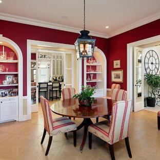 Idéer för en medelhavsstil separat matplats, med röda väggar och mellanmörkt trägolv