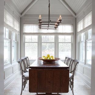 Foto di una piccola sala da pranzo tradizionale chiusa con pareti bianche, pavimento in travertino, nessun camino e pavimento beige
