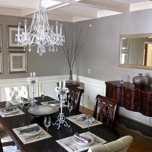 Idee per una grande sala da pranzo classica chiusa con pareti con effetto metallico, pavimento in legno massello medio e nessun camino
