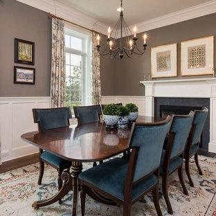 Idee per una sala da pranzo chic chiusa e di medie dimensioni con pareti marroni, parquet scuro, camino classico, cornice del camino in cemento e pavimento marrone