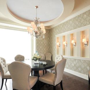 Idéer för att renovera en mellanstor vintage matplats, med beige väggar och mörkt trägolv