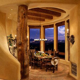 Idee per una sala da pranzo stile americano chiusa e di medie dimensioni con pareti marroni, pavimento in terracotta e camino lineare Ribbon