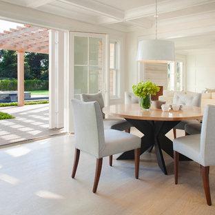 Immagine di una sala da pranzo aperta verso il soggiorno chic di medie dimensioni con pareti bianche, parquet chiaro e nessun camino