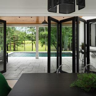 Inspiration för en stor lantlig matplats med öppen planlösning, med vita väggar, mellanmörkt trägolv, en standard öppen spis, en spiselkrans i betong och brunt golv