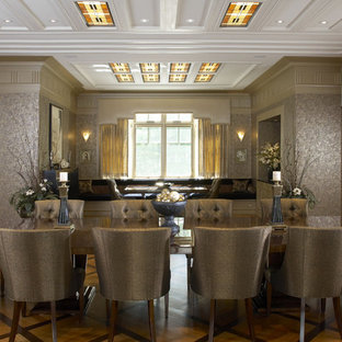 Foto di una grande sala da pranzo aperta verso la cucina eclettica con pavimento in legno massello medio e pareti con effetto metallico