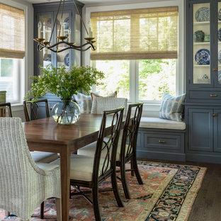 Ispirazione per una sala da pranzo chic chiusa con pareti grigie, parquet scuro e pavimento marrone