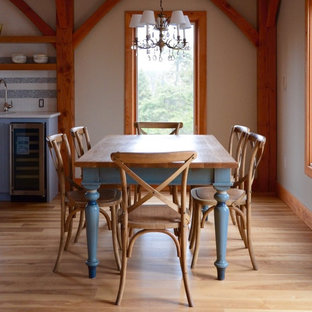 Foto de comedor de cocina de estilo americano, de tamaño medio, sin chimenea, con paredes grises y suelo de madera clara