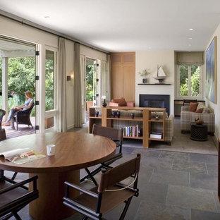 Esempio di una sala da pranzo aperta verso il soggiorno design con pavimento in ardesia e pavimento grigio