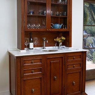 Неиссякаемый источник вдохновения для домашнего уюта: столовая среднего размера в стиле современная классика с белыми стенами, паркетным полом среднего тона и зеленым полом без камина