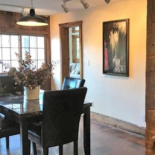 ニューヨークの中サイズのおしゃれなダイニングキッチン (セラミックタイルの床、標準型暖炉、レンガの暖炉まわり、ベージュの壁) の写真
