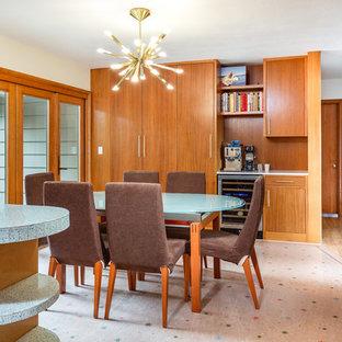 Ispirazione per una sala da pranzo aperta verso la cucina minimalista con pareti bianche, pavimento in linoleum e pavimento multicolore