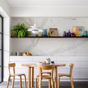 Пример оригинального дизайна: большая кухня-столовая в современном стиле с полом из известняка и белыми стенами