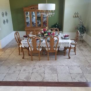 Неиссякаемый источник вдохновения для домашнего уюта: большая отдельная столовая в викторианском стиле с зелеными стенами, полом из травертина и разноцветным полом